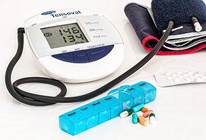 Regelmäßiges Blutdruckmessen, Änderung des Lebensstils und eine medikamentöse Therapie gehören zu den Maßnahmen gegen Bluthochdruck.