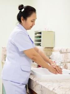 Das Waschen und Desinfizieren der Hände gehört zum Alltag in Kliniken und Arztpraxen