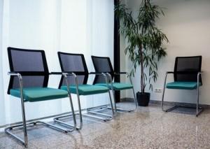 Viele Arztpraxen setzen auf eine moderne Einrichtung, auch im Wartezimmer.