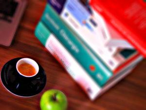 Eine Tasse Espresso kann müde Geister beim Lernen wieder munter machen.