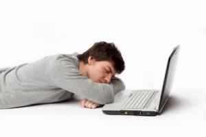 Lästige Tagesmüdgkeit und Sekundenschlaf prägen den Leidensdruck bei Narkolepsie.