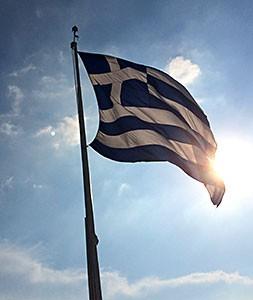 Die griechische Staatsflagge thront auf der Akropolis.