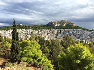 Athens höchste Erhebung Lykabetus vom Hügel Lofos Strefi in Exarchia aus.