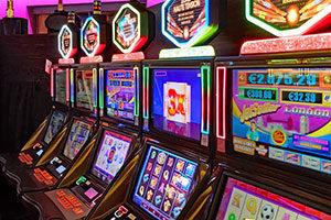 Gerade an Spielautomaten leben viele Betroffene ihre Spielsucht aus.
