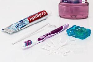 Zahnbürste, Zahnpasta und Zahnseide gehören zu einer optimalen Zahnpflege.