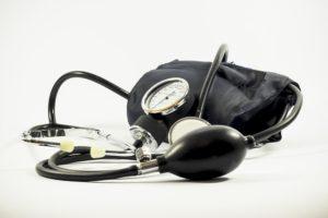 Blutdruckmessen gehört für viele Medizinstudenten zum Alltag im Krankenpflegepraktikum