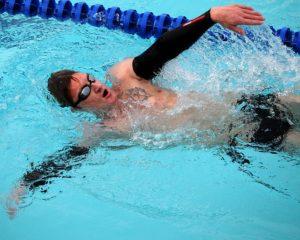 Rückenschwimmen kann vor Verspannungen und Schmerzen schützen.