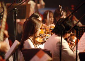 Musizieren im Orchester kann für Entspannung neben dem Unialltag sorgen.