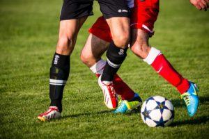 Fußballspieler erleiden häufig von Knieverletzungen.