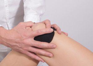 Das Knie kann ein Grund für Schmerzen bei Sportlern sein.