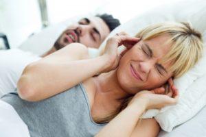 Schlafapnoe kann schwerwiegende gesundheitliche Folgen haben und belastet nicht nur den Partner.