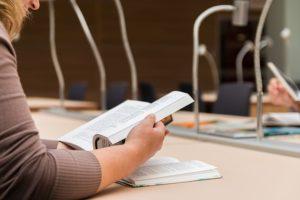 Ausgewählte Institutionen und gewerbliche Anbieter helfen beim Lektorat und Korrekturlesen der wissenschaftlichen Arbeit weiter.