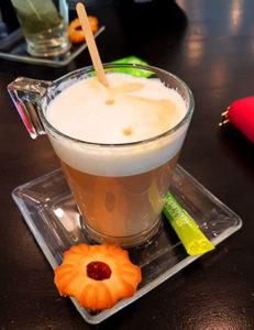Lernpausen verbringt man am besten mit Freunden im Café Botanik.