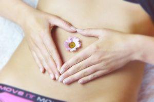 Ein geblähter Bauch kann schnell zu Unwohlsein und Schmerzen führen.