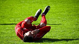 Verletzungen können bei körperbetonten Sportarten wie Fußball jederzeit vorkommen.