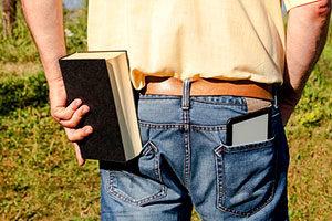 Sollte man lieber mit dem gedruckten Buch oder einem eBook lernen? Beides hat Vor- und Nachteile.