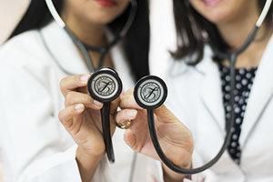 Das Stethoskop gehört zu den grundlegenden Utensilien eines praktisch tätigen Arztes.