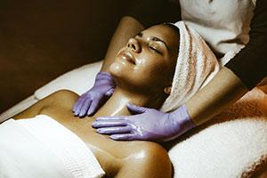 Jojobaöl wird zur Hautpflege verwendet.