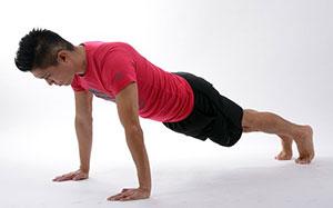 Regelmäßiger Sport mit Kräftigungsübungen oder Yoga sollte fester Bestandteil des Home Office sein.