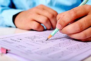 Von kostspieligen (Online-) Kursen bis hin zum Lernskript oder Übungsbuch gibt es mittlerweile ein breites Angebot an Vorbereitungsmethoden für den MedAT.