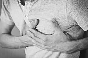 Man unterscheidet zwischen der Gynäkomastie (Brustdrüsengewebe) und der Lipomastie (vermehrtes Fettgewebe).