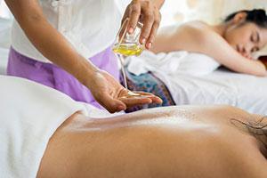 Eine medizinische Massage kann Verspannungen lösen und schmerzlindernd wirken.